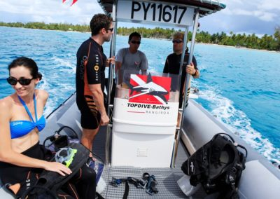 Departure for diving in Tiputa pas in Rangiroa -  Gregoire Le Bacon